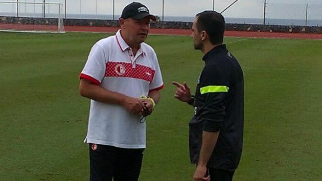 Trenér Slavie Miroslav Koubek (vlevo) v rozhovoru s kolegou Robertem Martínezem, koučem Evertonu.