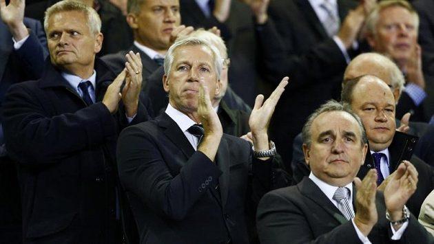 Manažer fotbalistů Newcastlu Alan Pardew (uprostřed).