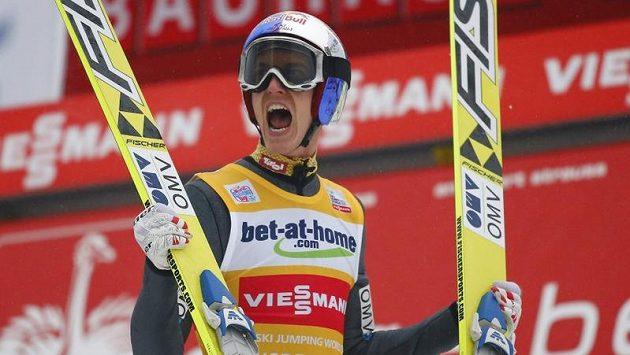 Rakouský skokan na lyžích Gregor Schlierenzauer oslavuje triumf v závodu Turné čtyř můstků v Innsbrucku.