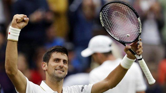 Srbský tenista Novak Djokovič se raduje z postupu do třetího kola Wimbledonu.