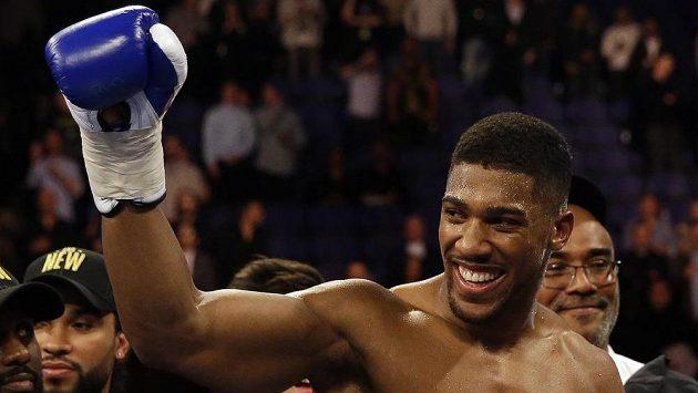 Britský boxer Anthony Joshua po výhře nad Američanem Charlesem Martinatem v Londýně.