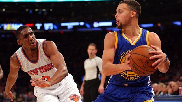 Rozehrávač Golden State Stephen Curry (vpravo) si brání míč před Langstonem Gallowayem z New York Knicks.