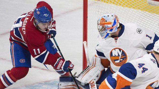 Montrealský Brendan Gallagher (11) a brankář New York Islanders Thomas Greiss.