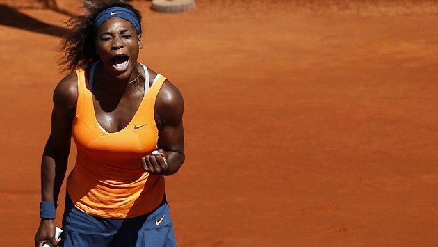 Serena Williamsová se raduje z triumfu na antuce v Madridu.