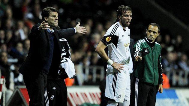 Kouč Swansea Michael Laudrup (zcela vlevo) posílá zpět do hry kanonýra Michua.