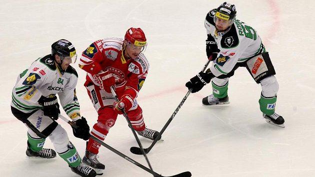 Vladimír Dravecký z Třince (uprostřed) se probíjí mezi dvojicí hokejistů Mladé Boleslavi Lukáš Pabiška (vlevo) a Mitja Robar.