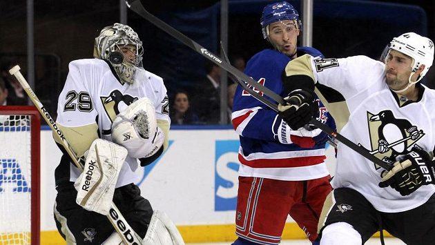 Brankář Tučňáků Marc-Andre Fleury (29) chytá pokus útočníka Rangers Ryana Callahana (24). Zcela vpravo je obránce Pittsburghu Robert Bortuzzo (41).