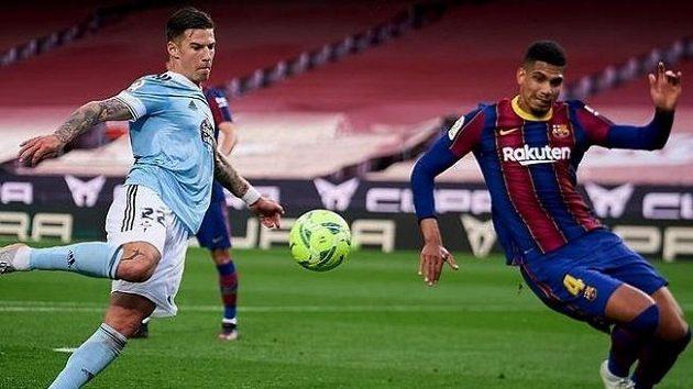 Santi Mina (vlevo) v zápase s Barcelonou