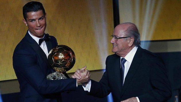 Cristiano Ronaldo přijímá gratulace od Seppa Blattera poté, co získal Zlatý míč FIFA.