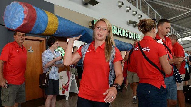 Tyčkařka Jiřina Svobodová se svým nádobíčkem před odletem na atletické MS do Moskvy.