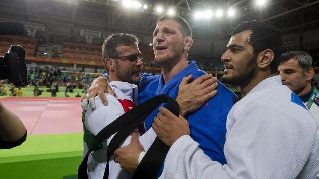 Český judista Lukáš Krpálek (druhý zleva) se raduje z vítězství nad Elmarem Gasimovem z Ázerbajdžánu (vpravo). Vlevo je reprezentační trenér Petr Lacina.