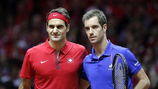 Roger Federer a francouzský náhradník Richard Gasquet před startem vzájemné bitvy v rámci finále Davis Cupu.