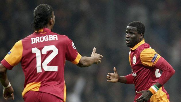 Didier Drogba z Galatasraye se raduje se spoluhráčem Emmanuelem Ebouém z gólu
