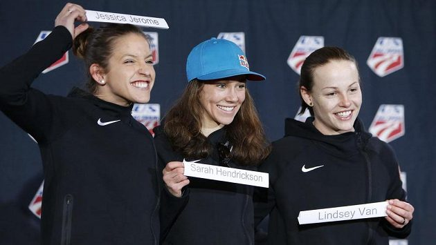 Americké skokanky zleva Jessica Jeromeová, Sarah Hendricksonová a Lindsey Vanová.