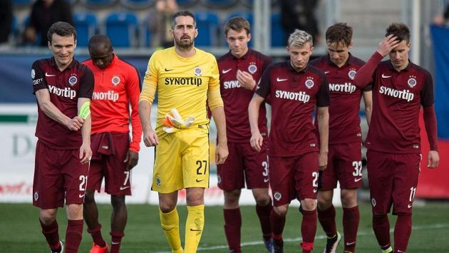 Zklamaní fotbalisté Sparty po porážce na Slovácku.