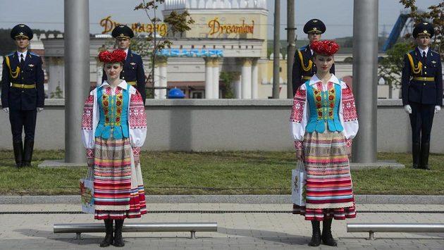 Slavnostní vyvěšování vlajek účastnických zemí mistrovství světa v ledním hokeji v Minsku za účasti hráčských delegací, představitelů IIHF a zástupců města.