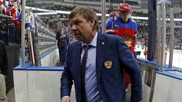 Ruský kouč Oleg Znarok opouští střídačku při semifinálovém utkání MS proti Švédům v Minsku.
