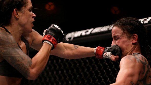 Amanda Nunesová (vlevo) je nadále šampiónkou UFC v bantamové váze. O víkendu na akci UFC 224 porazila Raquel Penningtonovou.