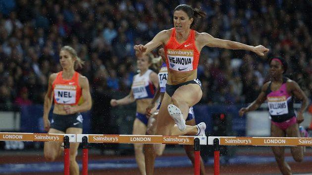 Zuzana Hejnová si běží pro vítězství na Diamantové lize v deštivém Londýně.