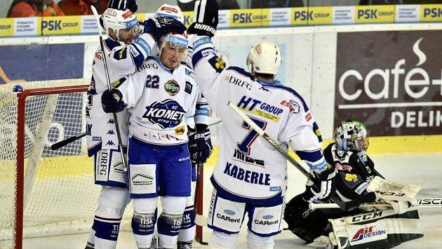 Hráči Brna se radují z vedoucího gólu, druhý zleva je jeho autor Jan Káňa.