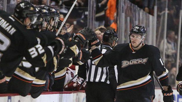 Hokejový útočník Corey Perry z Anaheimu (vpravo) oslavuje se spoluhráči gól do sítě Phoenixu v utkání zámořské NHL.