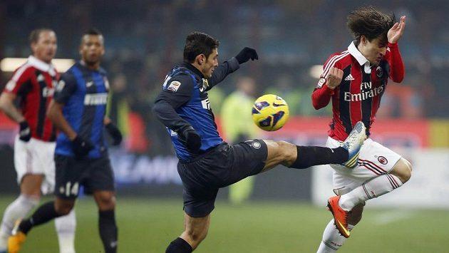 Javier Zanetti z Interu Milán (vlevo) bojuje o míč s Bojanem Krkičem z AC.
