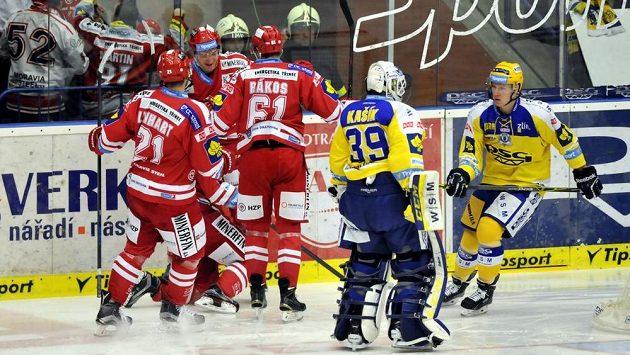 Hokejisté Třince se radují z gólu ve Zlíně.