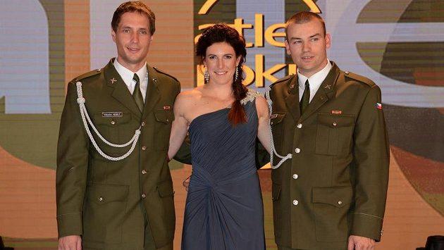 Překážkářka Zuzana Hejnová ovládla anketu Atlet roku 2013. Vlevo druhý Vítězslav Veselý, vpravo třetí Lukáš Melich.