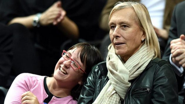 Martina Navrátilová sleduje před dvěma lety v Praze finále Fed Cupu mezi Českem a Německem.