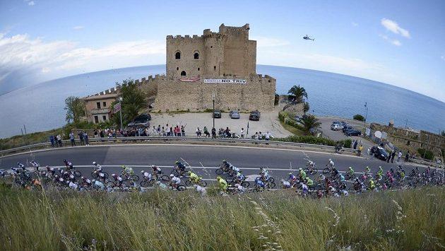 Peloton cyklistů v páté etapě Gira d´Italia.