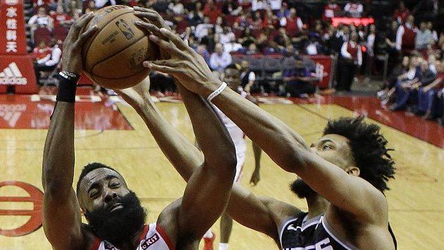 Basketbalová hvězda Houstona James Harden (vlevo) v souboji o míč s Marvinem Bagleyem ze Sacramenta v zápase NBA.