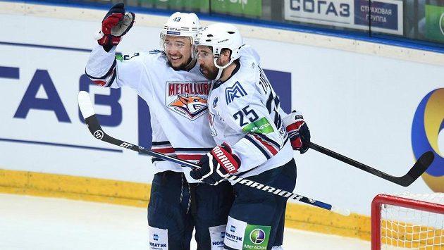 Jan Kovář (vlevo) a Danis Zarapov z Magnitogorsku, úřadujícího šampióna Kontinentální ligy.