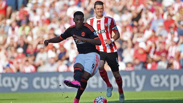 Fotbalista Manchesteru United Anthony Martial dává gól proti Southamptonu.