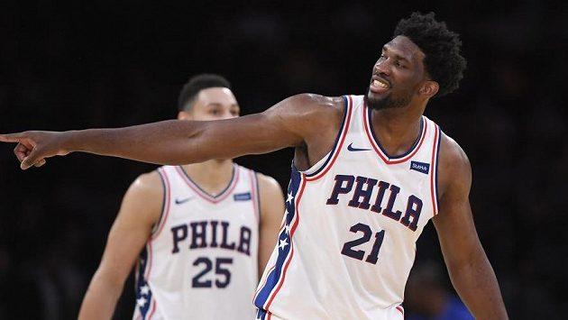 Joel Embiid z Philadelphie se raduje v utkání s Los Angeles Lakers.