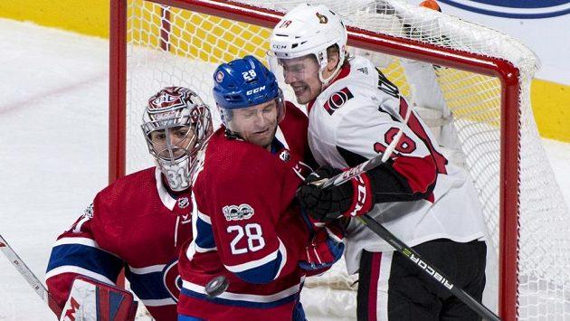 Obránce Montrealu Canadiens Jakub Jeřábek se snaží odtlačit Ryana Dzingela z Ottawy před brankářem Careym Pricem.