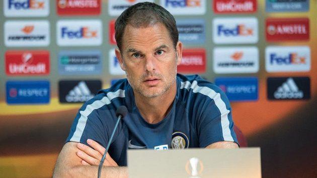 Frank de Boer během tiskové konference před utkáním základní skupiny Evropské ligy mezi Interem Milán a Spartou.