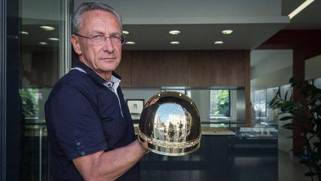 Klenotník Pavel Lejhanec představil v Pardubicích trofej, kterou vyrobil se svými spolupracovníky pro 70. ročník plochodrážního závodu Zlatá přilba. Jde o repliku té první z roku 1929.