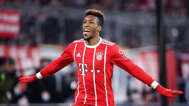 Kingsley Coman z Bayernu se raduje z gólu proti Hannoveru.