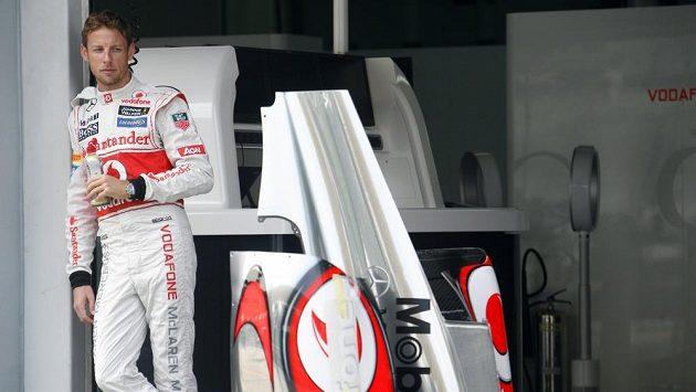 Jenson Button v garáži McLarenu na okruhu v Sepangu.