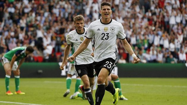 Německý útočník Mario Gómez se raduje z gólu proti Severnímu Irsku.