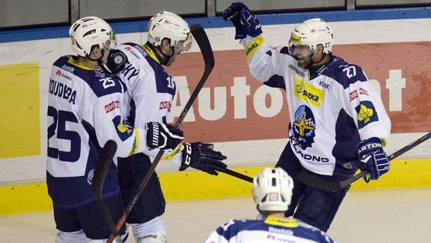 Jan Hlaváč z Kladna (vpravo) slaví gól proti Karlovým Varům. Zleva se radují obránci Milan Doudera (první zleva), Ivan Majeský (druhý zleva) a útočník Miloslav Hořava.