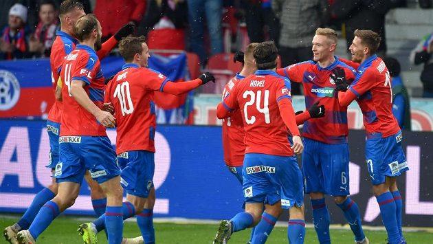 Plzeňští fotbalisté se radují ze druhého gólu.