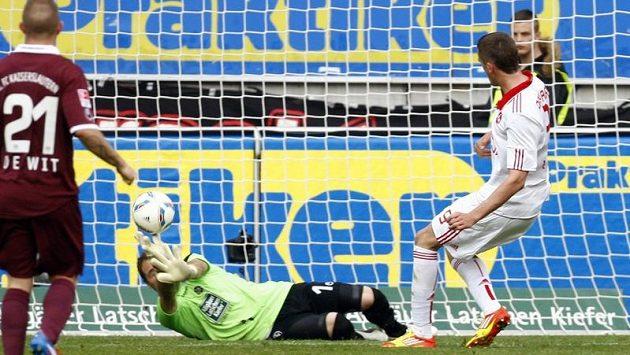 Útočník Norimberku Tomáš Pekhart střílí gól proti Kaiserslauternu.
