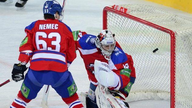 Brankář Lva Tomáš Pöpperle inkasuje gól od Čeljabinsku. Přihlíží Ondřej Němec.