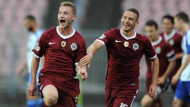 Obránce Sparty Jakub Brabec (vlevo) oslavuje svůj první ligový gól v utkání proti Znojmu.