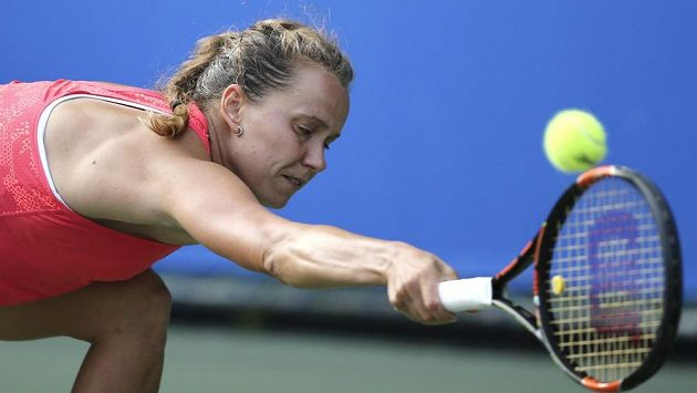 Česká tenistka Barbora Strýcová postoupila na turnaji ve Wu-chanu do osmifinále, Ruska Maria Šarapovová jí zápas ve třetí sadě vzdala.