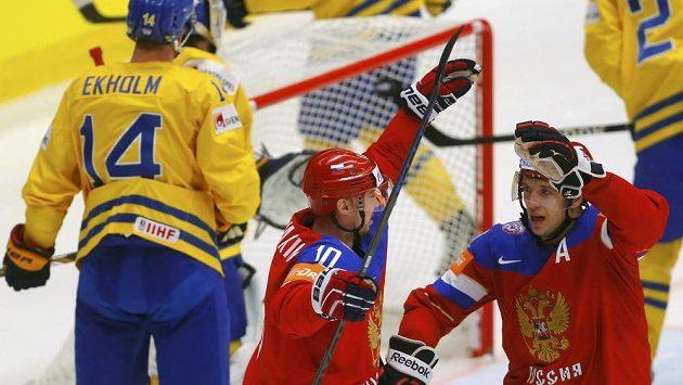 Sergej Mozjakin (vlevo) se raduje s Nikolajem Kuljominem z gólu proti Švédsku.