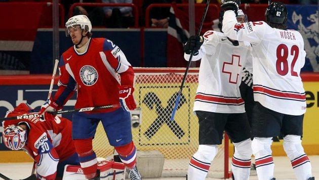 Simon Moser ze Švýcarska (vpravo) slaví gól do norské sítě.