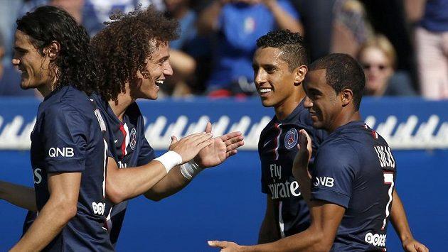 Lucas (zprava) slavil výhru Paris SG s Edinsonem Cavanim, Davidem Luizem a Marquinhosem.