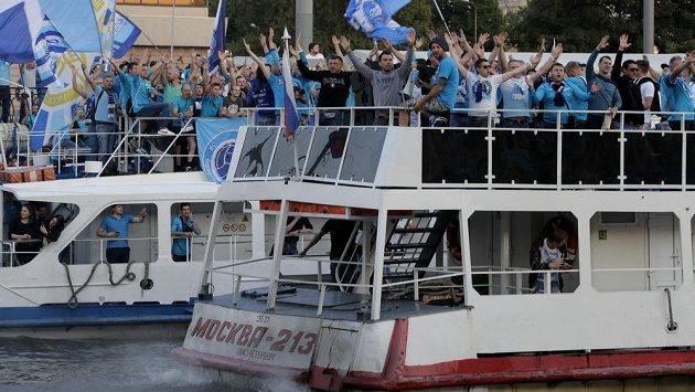 Příznivci Zenitu Petrohrad se soustředili na lodích u stadiónu. Do hlediště kvůli trestu nesměli.